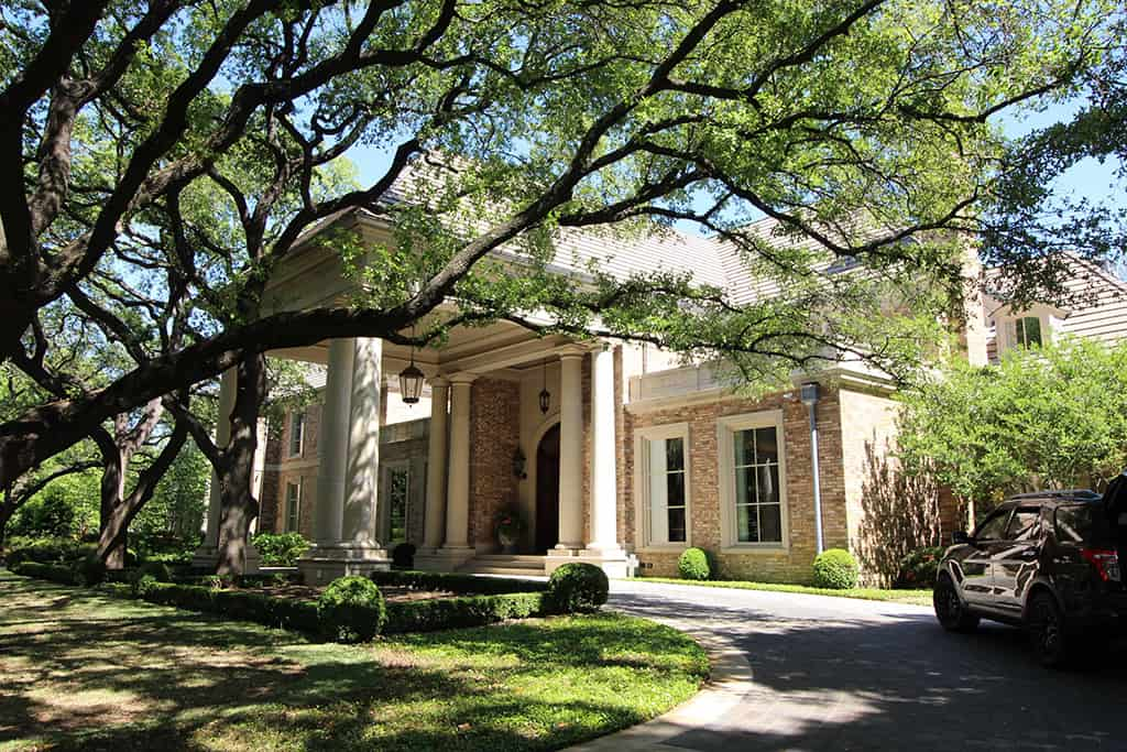 Traditional exterior porte cochere front drive